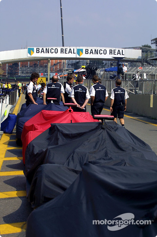 Team Williams-BMW crew members