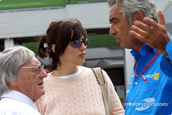 Bernie et Slavica Ecclestone discutent avec Flavio Briatore