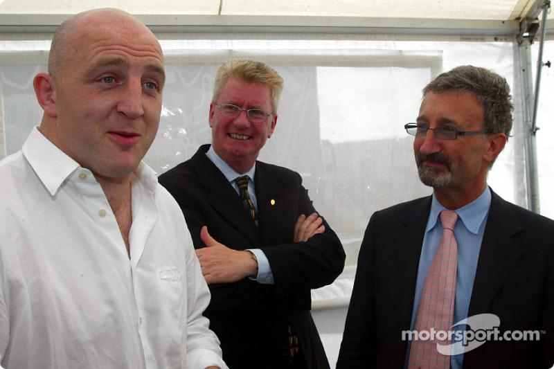 El capitán del equipo irlandés de rugby, Keith Wood y Eddie Jordan