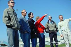 Los pilotos de Panoz revisan las nuevas adiciones al circuito de las 24 Horas de Le Mans: Gunnar Jeannette, Bill Auberlen, Bryan Herta, David Brabham, David Donohue y Jan Magnussen