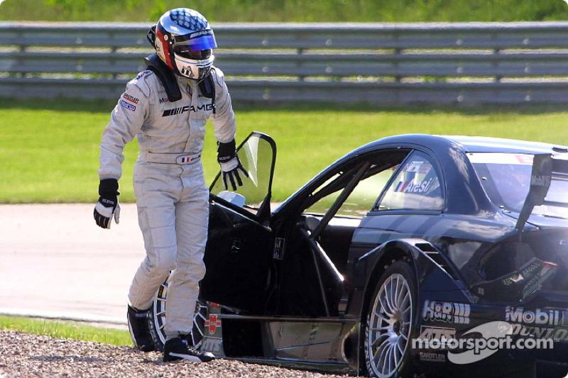 Jean Alesi out fuera de la carrera