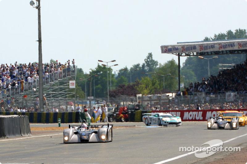 Los primeros autos pasando la meta tras 16 horas