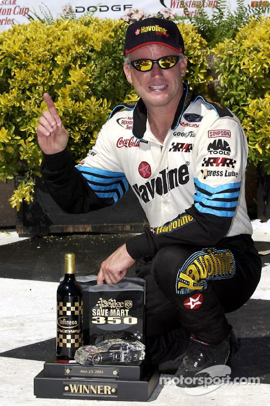 El ganador de la carrera Ricky Rudd