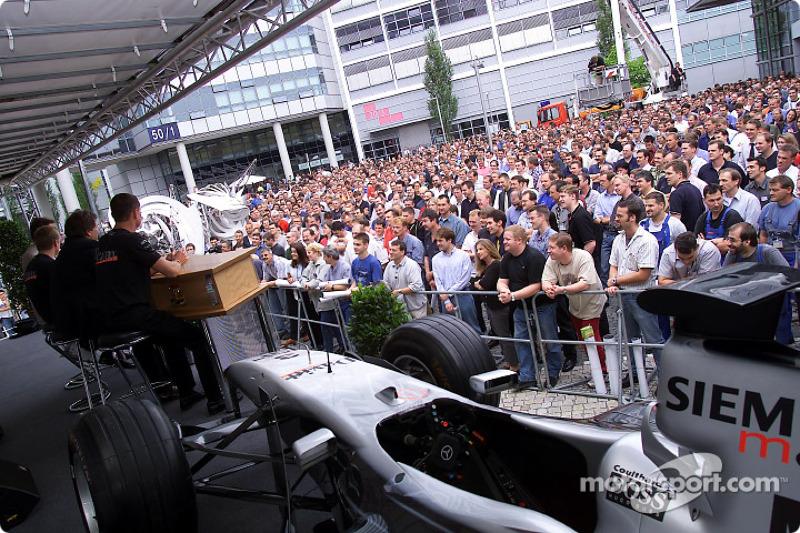 David Coulthard y Kimi Raikkonen visitando a sus colegas de Mercedes-Benz en la fábrica en Sindelfingen