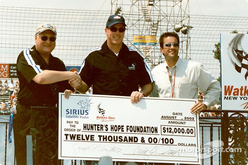 Jim Kelly acepta la donación a Hunter's Hope