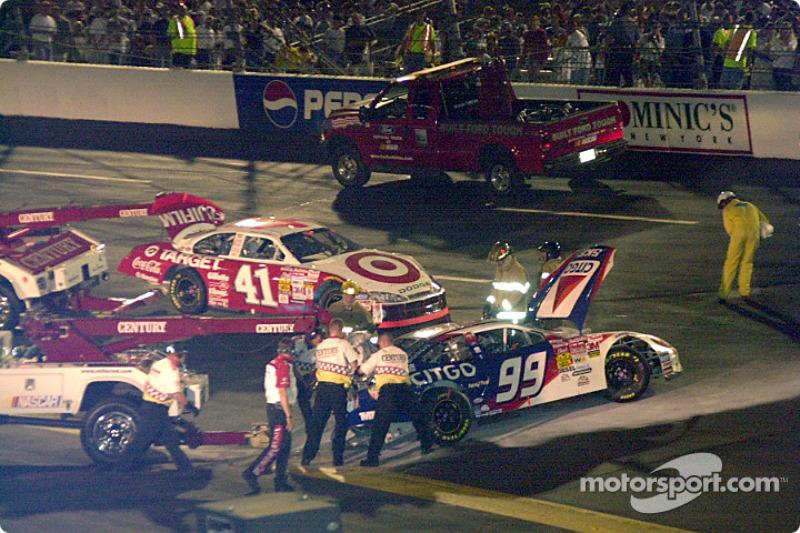Enganchando el auto de  Jeff Burton fuera de la pista