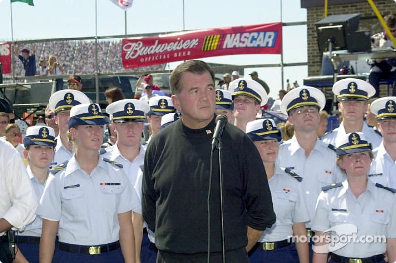 El director de Seguridad Nacional,  Riggs con el coro