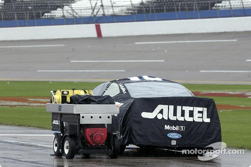 El auto de Ryan Newman bajo la cubiera de lluvia