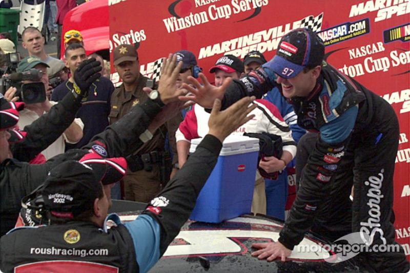 Kurt Busch se saluda con el equipo