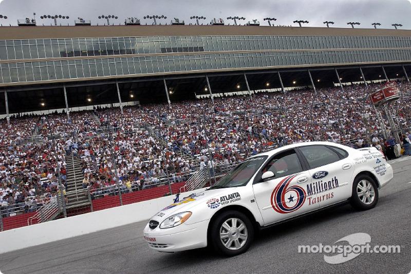 El Ford Taurus número seis millones construido estuvo presente antes del inicio de las NAPA 500 y colocado en el field antes del inicio de la carrera