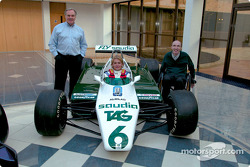 Nico Rosberg mit Patrick Head, Frank Williams und dem Williams FW08 von Keke Rosberg
