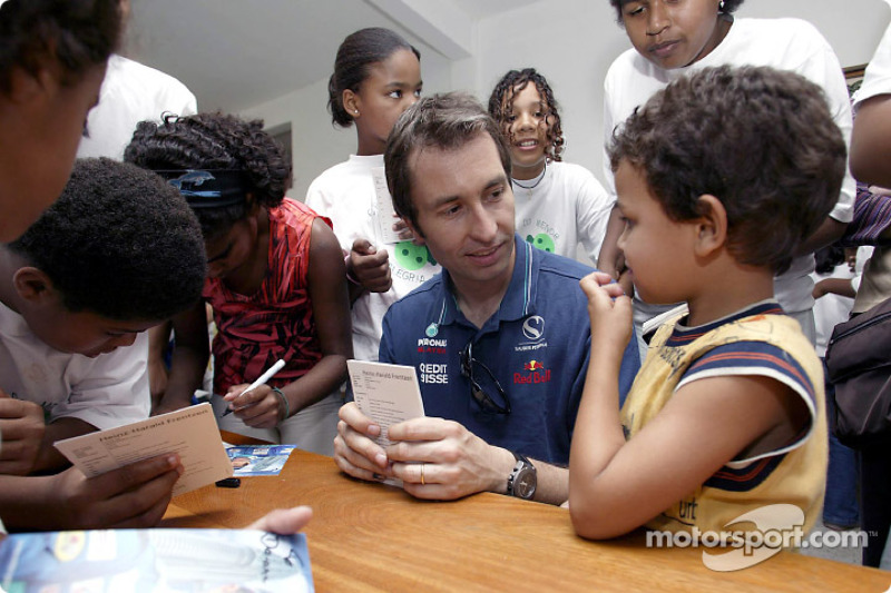 Team Sauber visits the children of the Casa de Menor: Heinz-Harald Frentzen