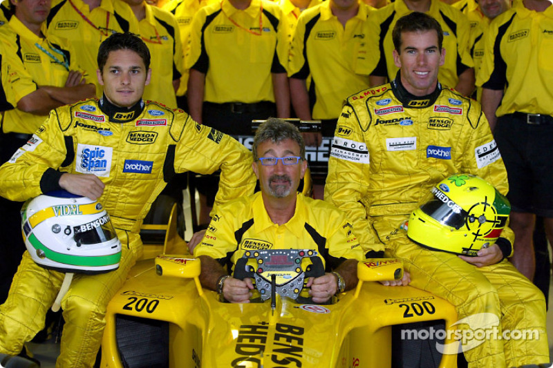 Eddie Jordan, Giancarlo Fisichella, Ralph Firman y el equipo celebran los 200 Grand Prix del equipo Jordan