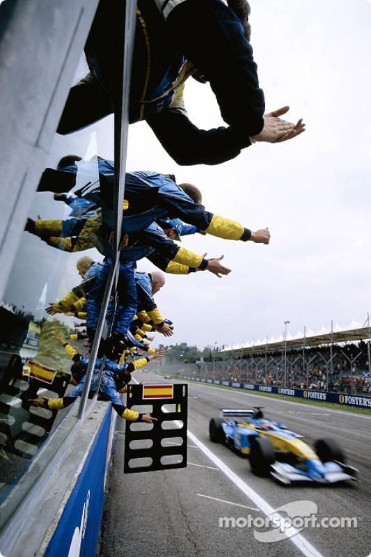 Fernando Alonso cruza la línea de meta