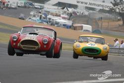 l'AC Cobra n°20 pilotée par Grahame Bryant, Bill Shepherd et la Jaguar E Type n°10 pilotée par Carlos Monteverde