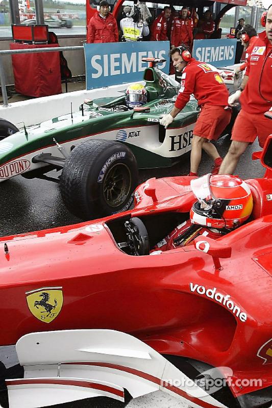Michael Schumacher et Mark Webber entrent en collision dans la voie des stands