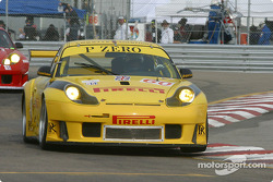 la Porsche 911 GT3 RS n°60 de l'équipe P.K. Sport pilotée par Robin Liddell, Alex Davison