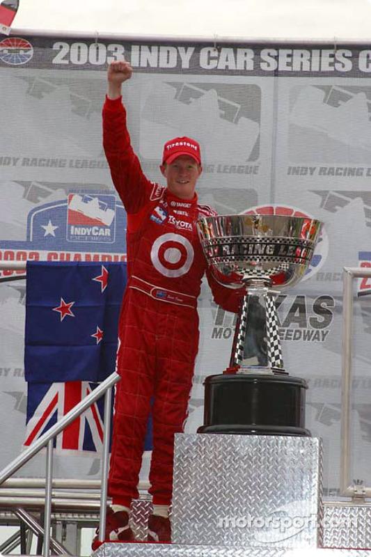 Scott Dixon reçoit le trophée du championnat 2003 d'IndyCar