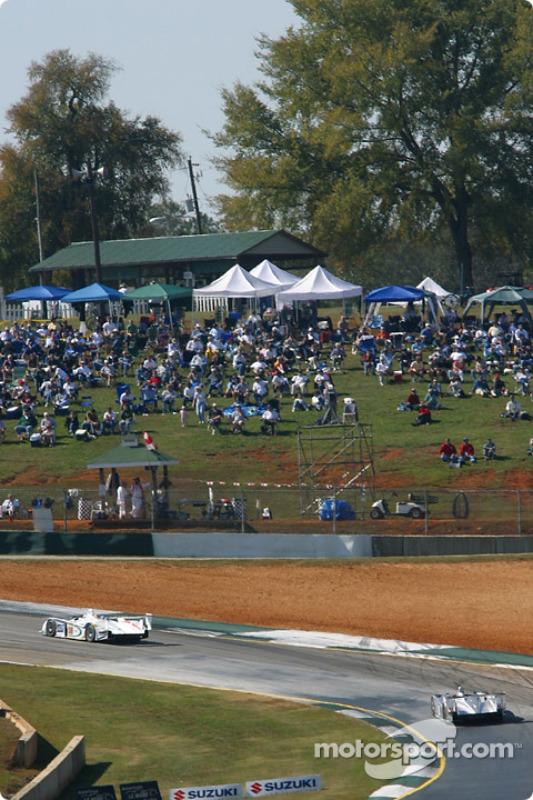 La #38 Team ADT Champion Racing Audi R8 de Johnny Herbert et JJ Lehto devance la #1 Infineon Team Joest Audi R8 de Frank Biela et Marco Werner