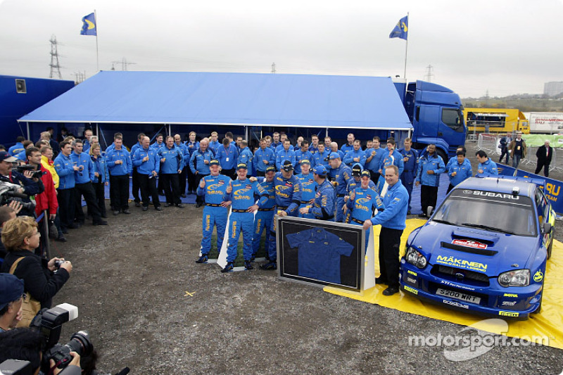 托米·马基宁庆祝代表斯巴鲁车队最后一次出战WRC