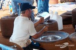 Brandon Lane démonte des pneus pour le retour à la maison