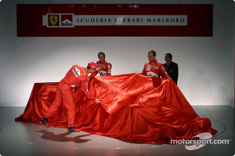 Michael Schumacher, Luca Badoer ve Rubens Barrichello yeni Ferrari F2004