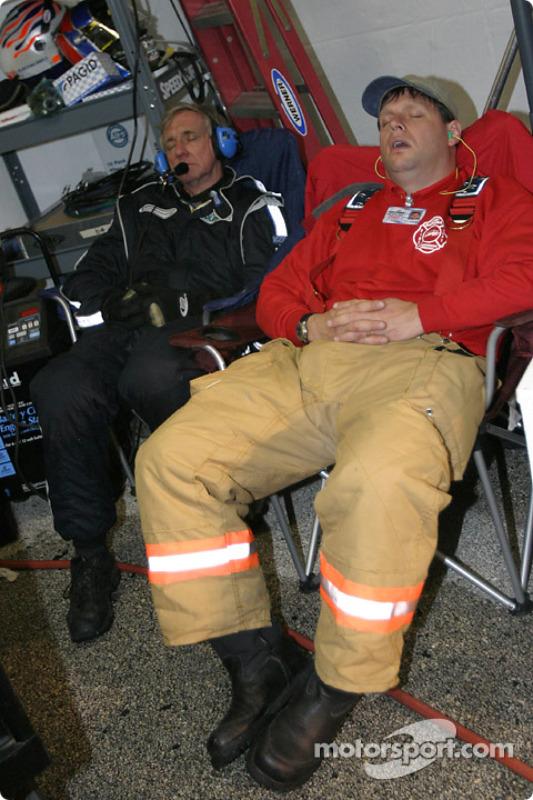 Une petite sieste en pleine nuit, entre deux arrêts aux stands