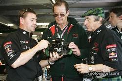 Jackie Stewart gibt Roger Moore eine Führung durch Jaguar Grube