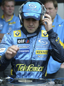 Fernando Alonso tries his hand at his DJ-ing