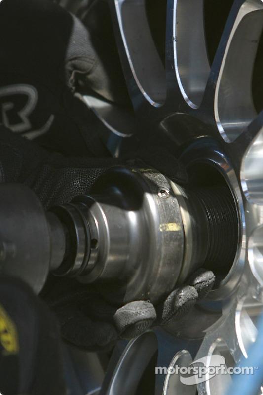 Roue coincée pour la #54 Bell Motorsports Pontiac Doran: Forest Barber, Terry Borcheller, Andy Pilgrim