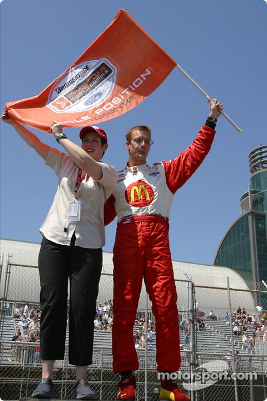 Le poleman Sébastien Bourdais fête sa pole avec le drapeau