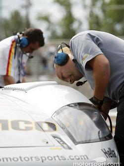 Un mécanicien d'ACEMCO change le pneu avant-gauche pendant le warm up
