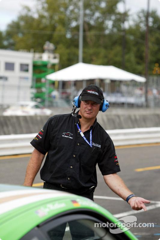 Un membre de l'équipe Racer's Group envoie leur voiture pour un tour de reconnaissance