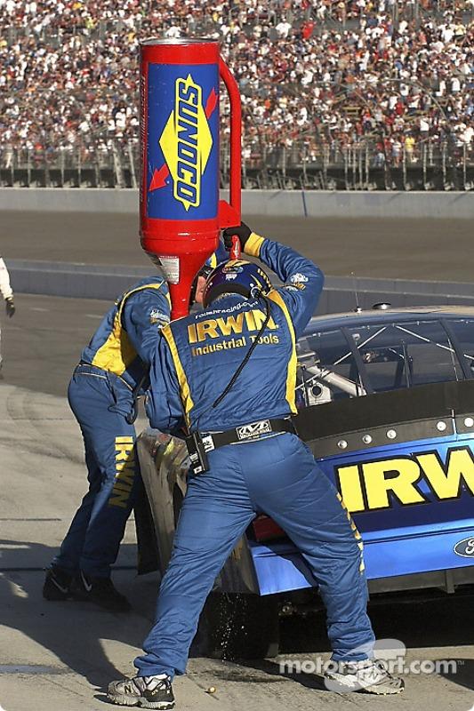 L'équipe n°97 de Kurt Busch lui donnent 4 pneus et de l'essence