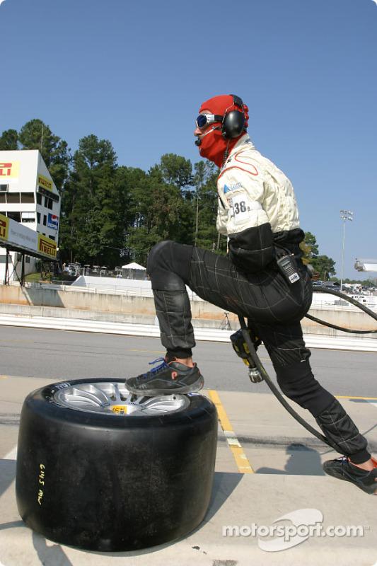 Les mécaniciens du Champion Racing sont prêts pour l'arrêt aux stands