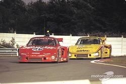 La Porsche 935 K3 n°69 Racing Associates : Bob Akin, Ralph Kent Cooke, Paul Miller, et la Porsche 935 K3 n°85 Whittington Brothers Racing : Hurley Haywood, Don Whittington, Dale Whittington