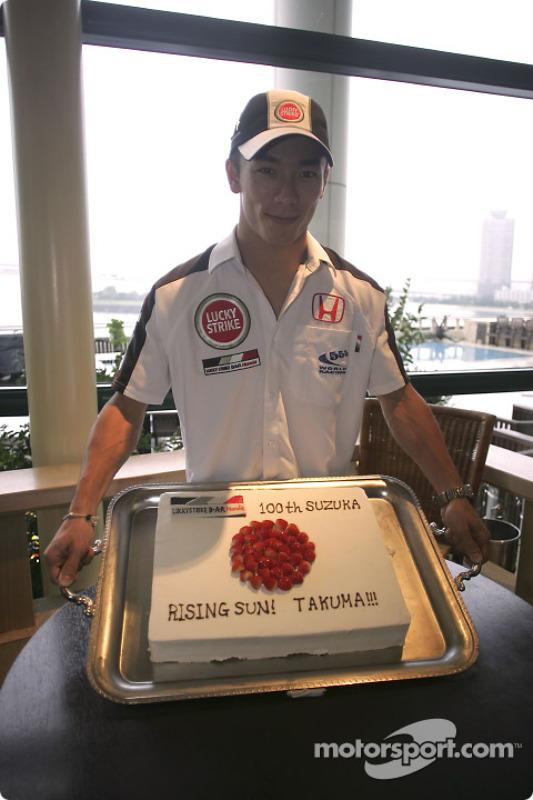 Un gâteau pour Takuma Sato