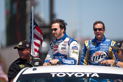 Jimmie Johnson, Hendrick Motorsports Chevrolet and Kurt Busch, Penske Racing Dodge