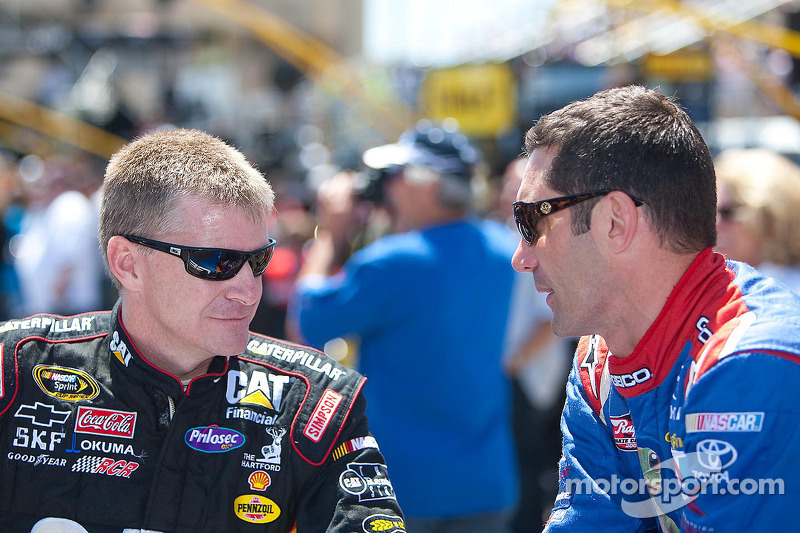 Clint Bowyer, Richard Childress Racing Chevrolet en Max Papis, Germain Racing Toyota