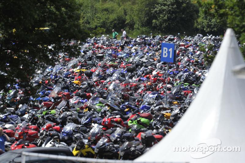 Estacionamiento lleno de motos en Assen