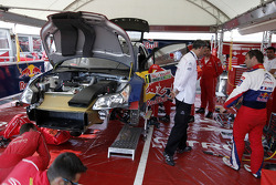 Sébastien Loeb in de Citroën Total World Rally Team service