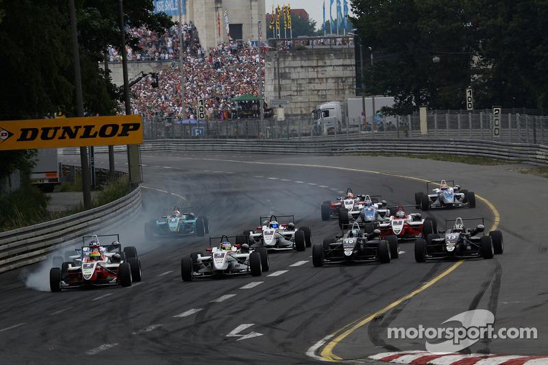 Start: Roberto Merhi, Mücke Motorsport Dallara F308 Mercedes, Alexander Sims, ART Grand Prix Dallara F308 Mercedes