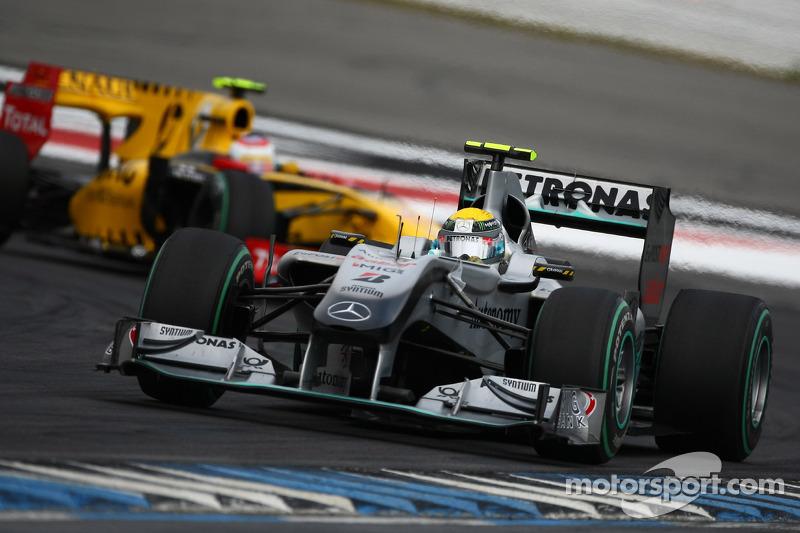 Ніко Росберг (Mercedes) попереду Віталія Петрова (Renault)