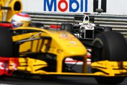 Vitaly Petrov, Renault F1 Team leads Pedro de la Rosa, BMW Sauber F1 Team