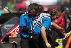 Membres de l'équipe Michael Shank Racing au travail
