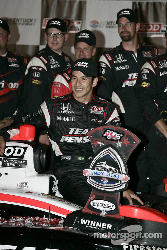 Victory lane: race winnaar Helio Castroneves, Team Penske