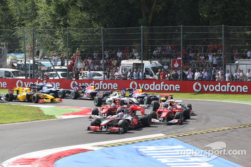 Старт: Дженсон Баттон (McLaren Mercedes) випереджає Фернандо Алонсо (Ferrari)