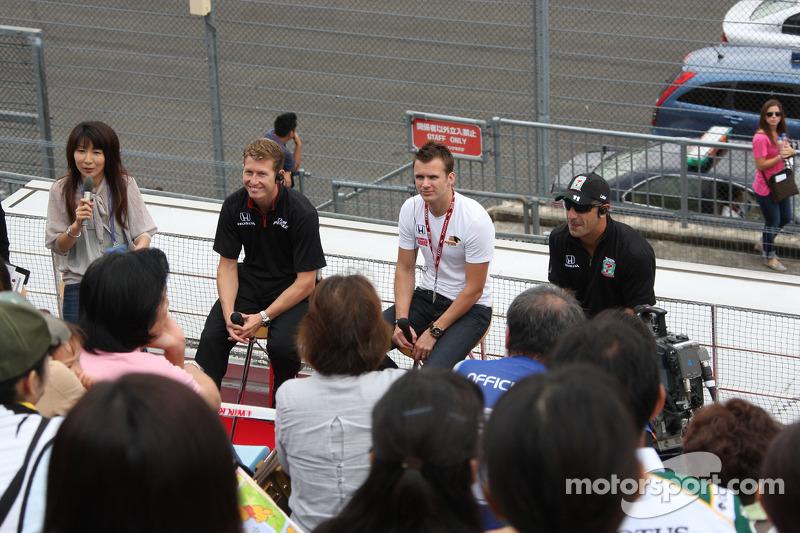 Ryan Briscoe, Team Penske, Dan Wheldon, Panther Racing en Tony Kanaan, Andretti Autosport met de fans