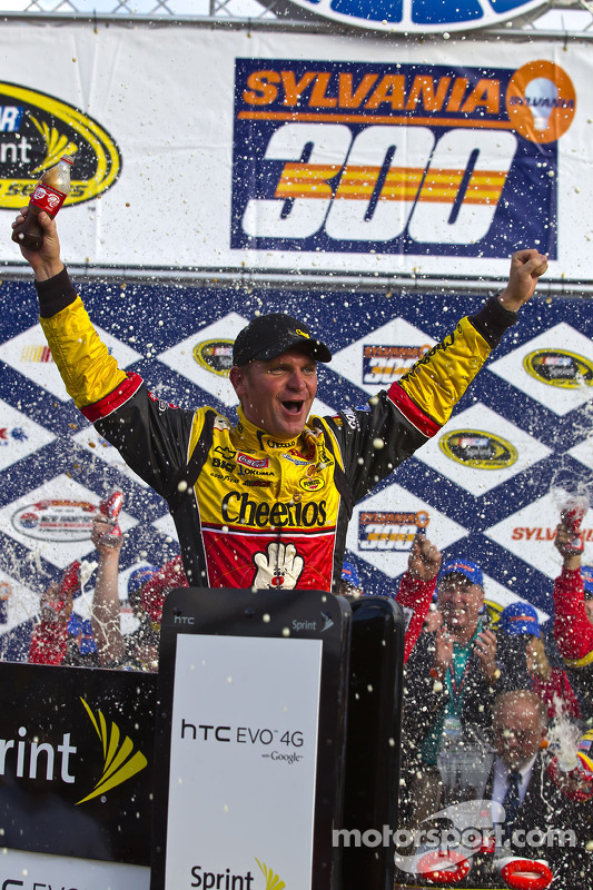 Victory lane: race winnaar Clint Bowyer, Richard Childress Racing Chevrolet