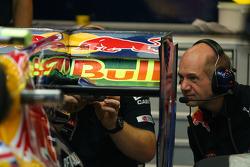 Adrian Newey, Red Bull Racing, Technical Operations Director bekijkt de achterkant van de auto